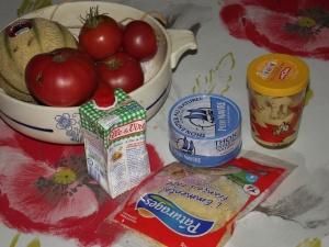 une fine couche de moutarde, des tranches fines de tomate, du thon émietté, du gruyère râpé et un filet de crème liquide