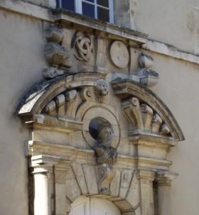 le buste de Diane de Poitiers sur la façade du lycée Marie Immaculée