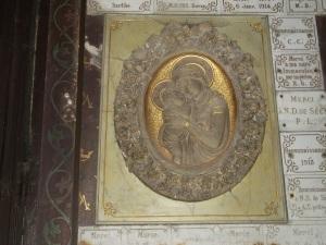 Marie tenant tendrement Jésus dans ses bras