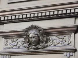 un ornement de porte rue de la république