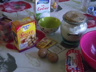 350g de farine, 2 oeufs, 20cl de lait tiède, 125g de beurre salé fondu, 1 sachet de levure à pain, 1 sachet de sucre vanillé et 100g de sucre en grains